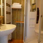Salle de bain de la maison dans les arbres située dans la vienne