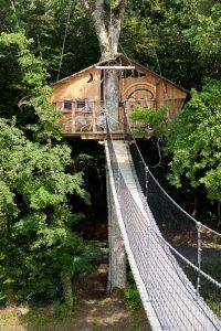 Passerelle d'accès à la cabane dans l'arbre