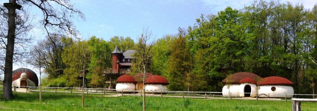 Les maisons champignons du parc insolite près de Poitiers