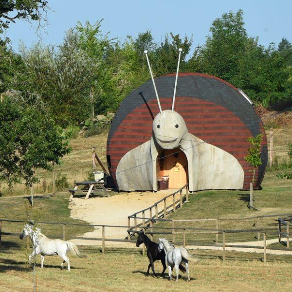 Une maison escargot au coeur d'un parc insolite