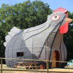 La Maison en forme de Poule du parc DéfiPlanet dans la Vienne (86) près de Poitiers
